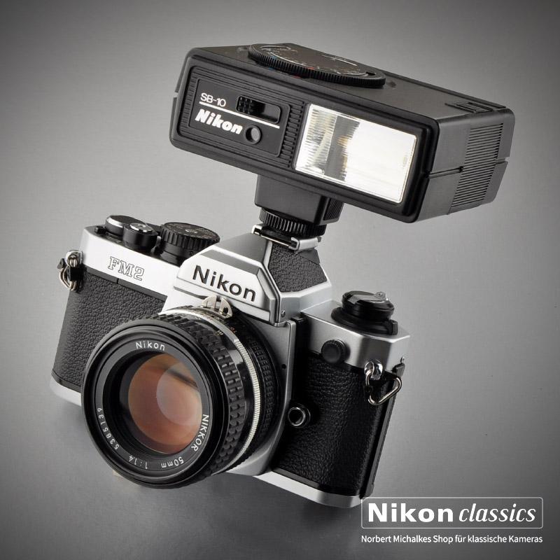 Der Nikon SB-10, ideal für Kameras wie Nikon FM oder FM2. Zwei Automatikbereiche, Blitzbereitschaftsanzeige im Sucher. Leitzahl 25 (100ASA)