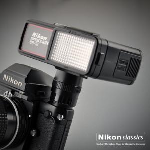 Der Nikon SB-12 ist ein Blitzgerät speziell für die F3-Reihe und ermöglicht Blitzaufnahmen mit TTL-Messung