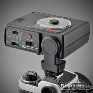 Der Nikon SB-15 kann TTL-blitzen mit der Nikon F4, FE-2, FA, FG, EM, FG-20 und F-301 bis F-801 Zwei Automatikbereiche, Schwenkreflektor, PC-Anschlussbuchse z.B. für Funkauslöser. Leitzahl 25 (100ASA).